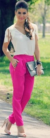 blusinha neutra para combinar com a calça rosa mais chamativa