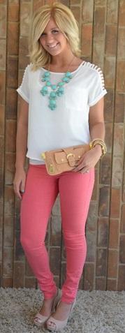 Calça rosa salmão com blusa soltinha branca e maxi colar verde água