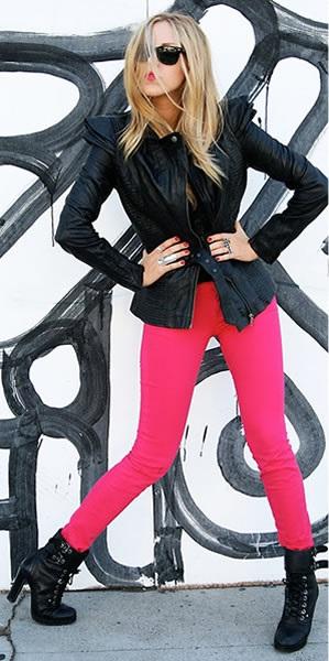 Blusa preta dá um ar mais sério para a calça rosa choque