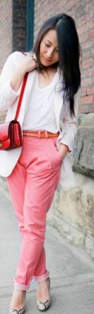 calça com tom salmão e bolsa vermelha