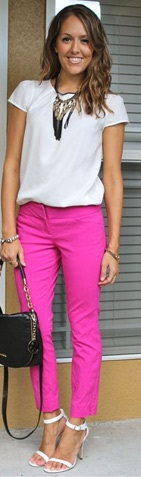 Calça rosa com blusinha e sandália brancas
