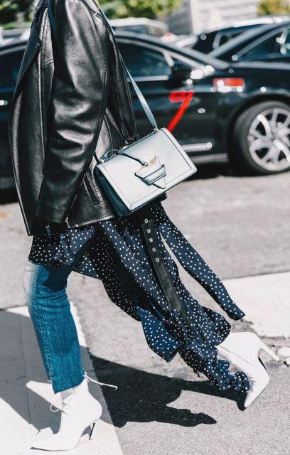 Vestido, calça jeans e jaqueta de couro preta.