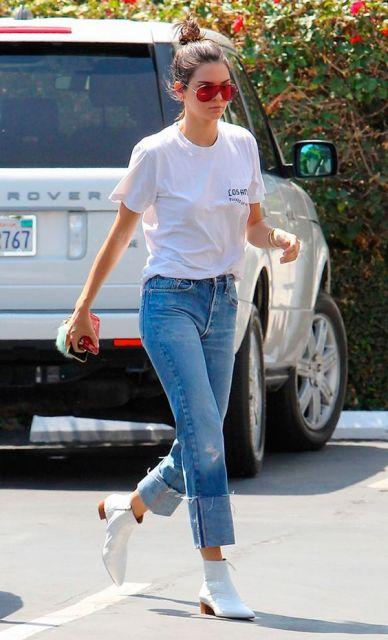 Kendall Jenner com jeans e t-shirt.