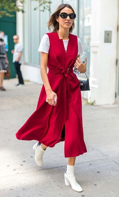 Vestido vermelho com t-shirt por baixo.