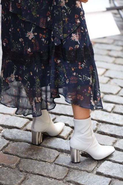 Vestido florido e bota branca.