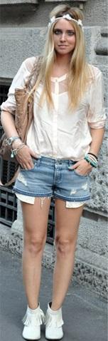 Shorts jeans, camisa e bota branca.