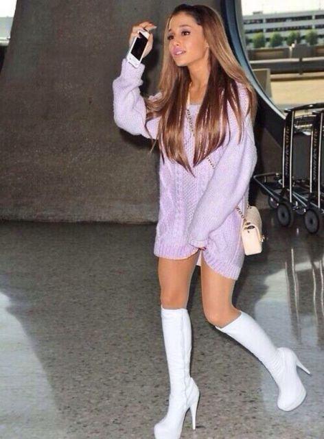 Ariana Grande com vestido rosa e bota meia pata.