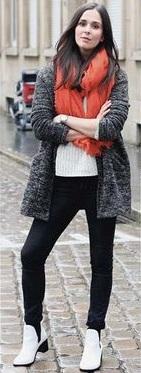 Look de inverno com bota branca.