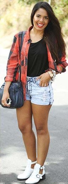 Shorts jeans e camisa xadrez.