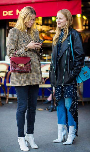Duas mulheres com calça jeans e casaco.