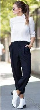Calça preta e blusa de manga comprida branca.