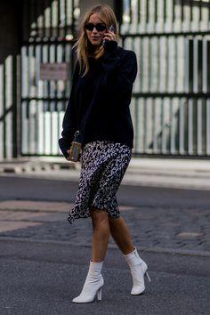 Vestido, blusa preta comprida e bota branca.