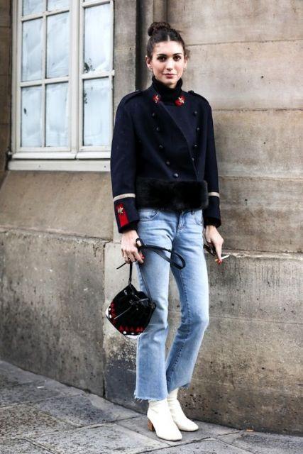 Look inverno com calça jeans e casaco preto.