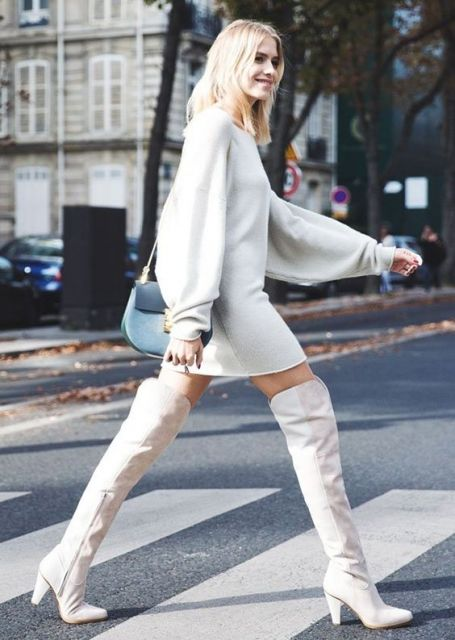 Vestido branco e bota over the knee.