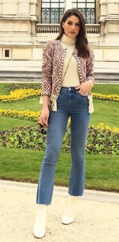 Camila Coelho com calça jeans e bota branca.