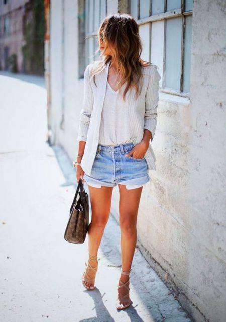 Mulher com shorts jeans e camiseta e blazer brancos