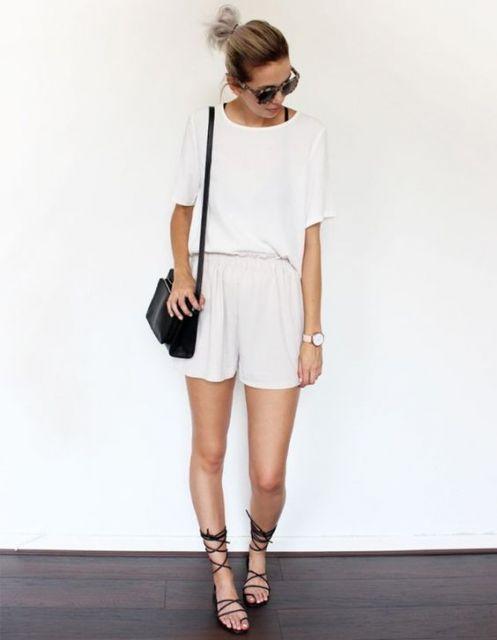Mulher com shorts e blusa all white