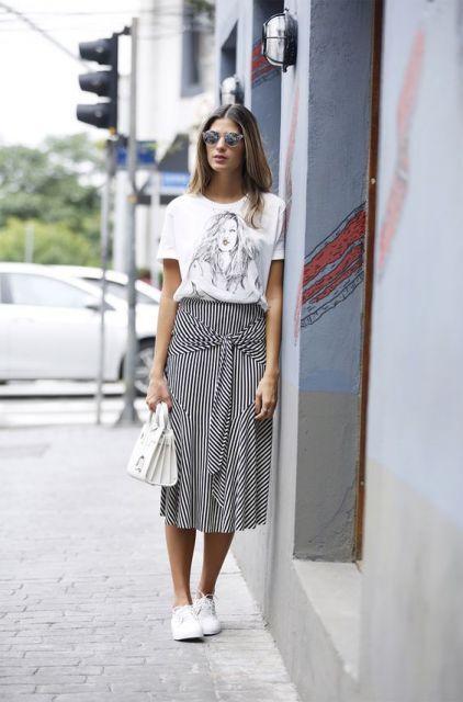 Mulher com saia longa listrada e camiseta