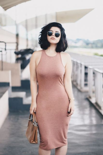 Mulher com vestido justo rosa claro