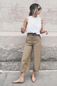 Mulher com calça bege e blusa branca