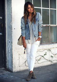 Mulher com calça branca, camiseta cinza e jaqueta jeans