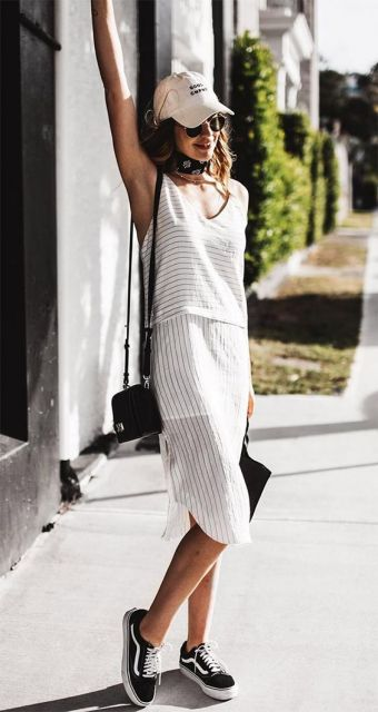 Mulher com vestido branco solto