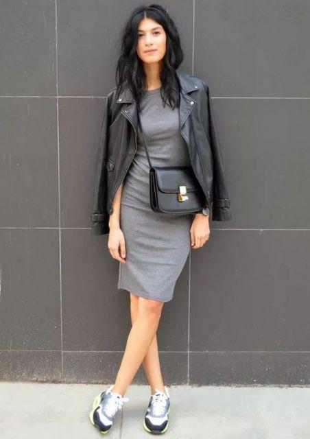 Mulher com vestido cinza e jaqueta de couro preta