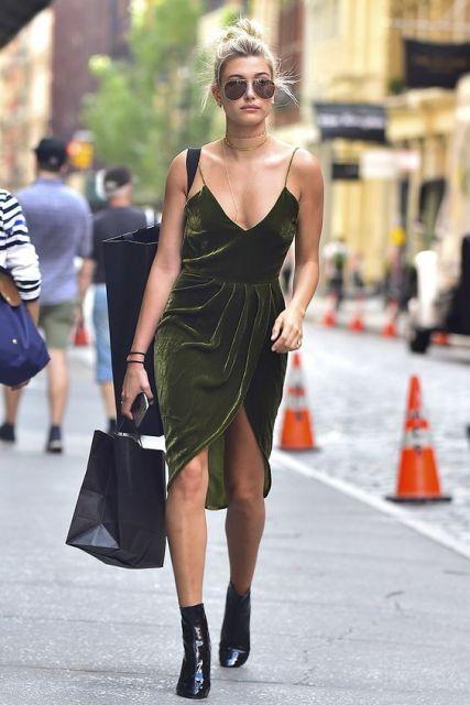 Mulher com vestido de veludo verde escuro