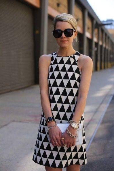 Mulher com vestido preto e branco com estampa triangular