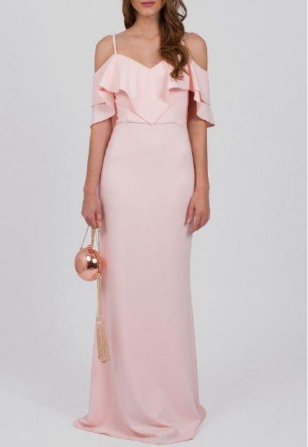 Mulher com vestido longo rosa claro