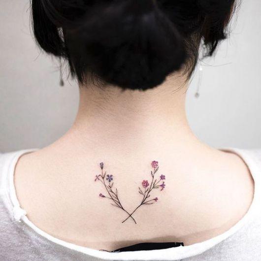Tatuagem com dois ramos de flores na nuca