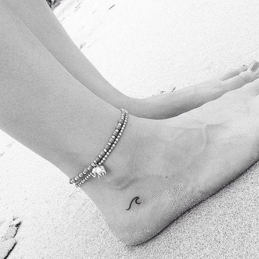 Tatuagem de uma onda no pé
