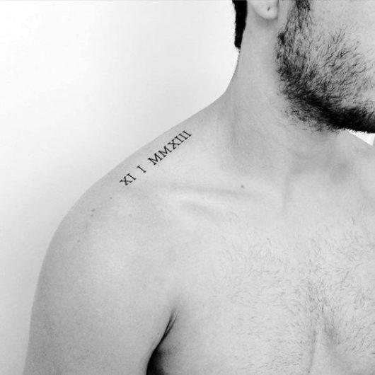 Tatuagem de numeral romano no ombro