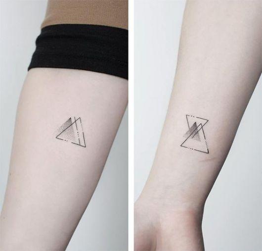 tatuagem de triângulos no braço e pulso