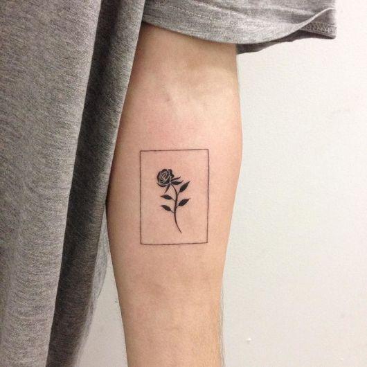 Tatuagem de flor dentro de um retângulo no braço