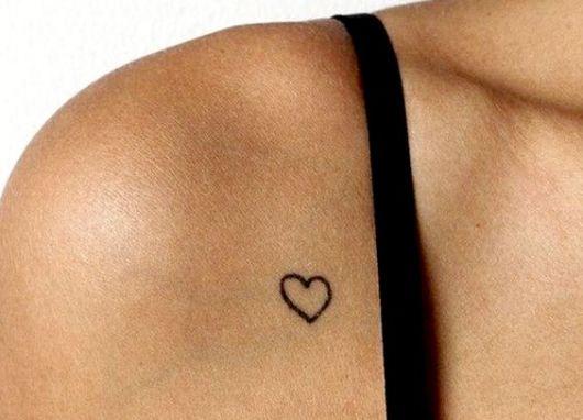Tatuagem pequena de coração no ombro
