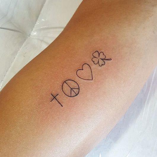 Tatuagem de símbolo da paz, coração, trevo e cruz