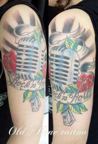 Tatuagem com frase Rock'n Roll.