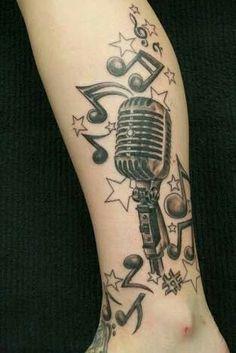 Tatuagem com estrelas e notas musicais.
