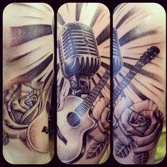 Microfone, rosa e violão.