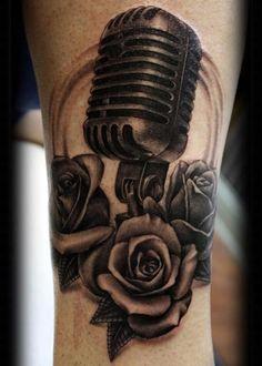 Microfone e rosas.