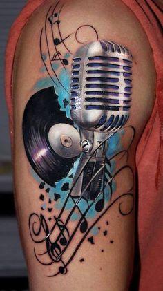 Tatuagem com microfone e vinil.