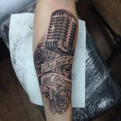 """Tatuagem com frase """"The best is yet to come""""."""