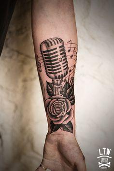 Tatuagem de microfone, com rosas e notas musicais.