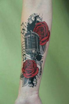 Microfone e rosas vermelhas.