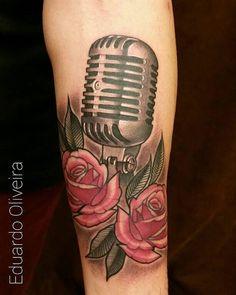 Microfone antigo e duas rosas.