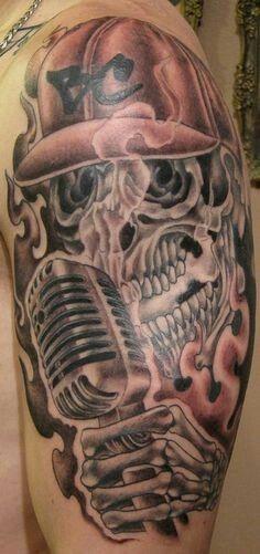 Tatuagem de uma caveira com microfone.