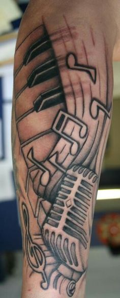 Tatuagem de Microfone e notas musicais.