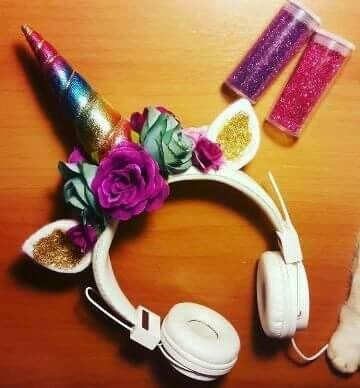 Headphone com chifre e orelhas de unicórnio nas cores do arco-íris