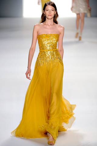 Vestido longo amarelo tomara que caia com parte superior com brilho